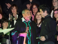 El maestro le entrega un presente al charanguista del coro Miguel Irigoyen
