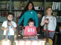 Lucía y el xilofón, rodeada de guitarristas